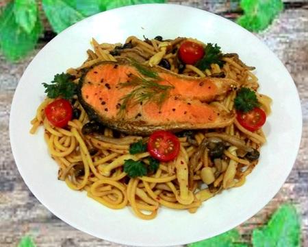 Small p8.spaghetti aglio oilo with salmon